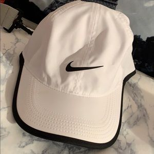NikeCourt AeroBill Featherlight
